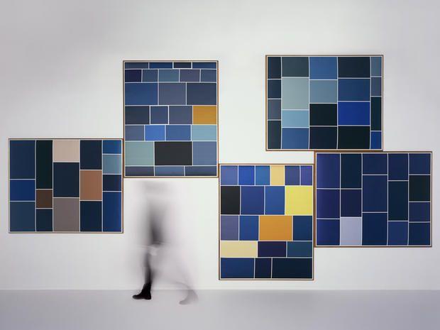 Screenshot di Dedar in collaborazione con Martino Gamper e Brigitte Niedermair: un progetto di fotografia concettuale che sintetizza l'uso del blu in 500 anni su tessuto