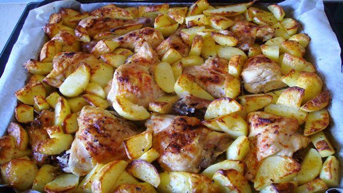 Dnešný recept, ktorý si ukážeme, je úplne bezpracný. Dá sa zvládnuť aj počas nabitého, pracovného týždňa. Je veľmi rýchly a nenáročný. Nepotrebujete žiadnu časovú rezervu na to, aby ste rodinu potešili výdatnou večerou. Kurča a zemiaky dáme do pekáča, vložíme do rúry a ďalej sa o nič nestaráme. ingrediencie – Jedno kura, alebo kuracie kúsky – 1,5 kg zemiakov –