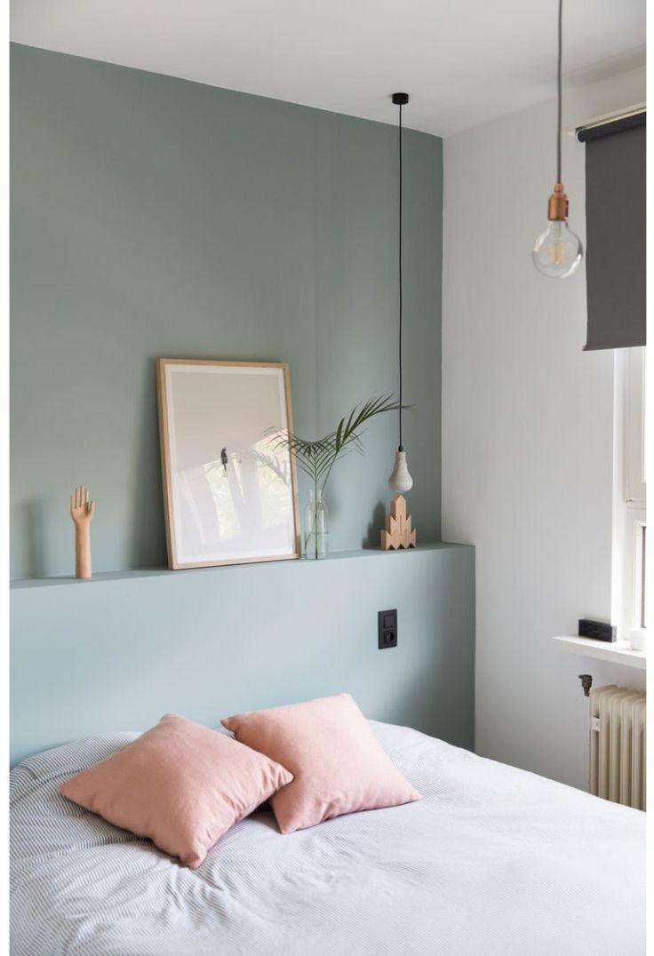 Un mur vert d'eau pour adoucir la chambre à coucher