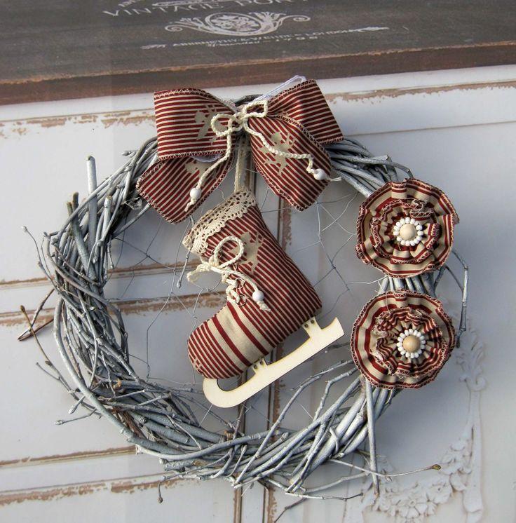 Bruslička Věneček z proutí, drátovaný vnitřek, zavěšená šitá bruslička, průměr 29 cm.