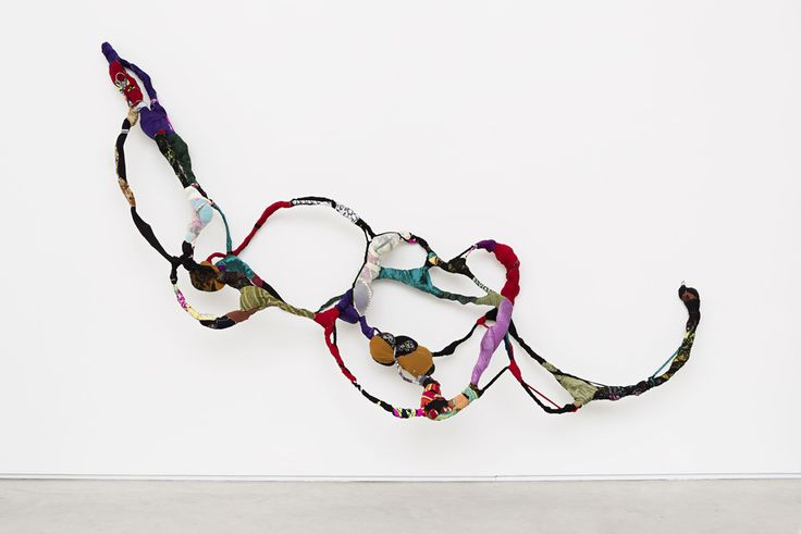 Mendes Wood DM sonia gomes  Sem Título, da série Torção     2015 costura, amarrações, tecidos diversos sobre arame 430 x 120 x 50 cm