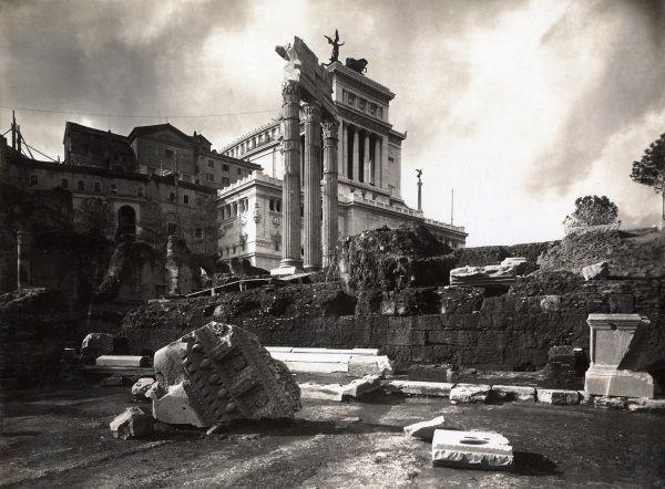 Veduta del Foro di Cesare con il podio e le colonne del tempio di Venere Genitrice / Fotografia / Route by subject - Museo di Roma