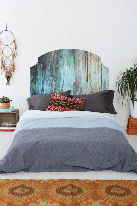 Изголовье кровати из старых досок