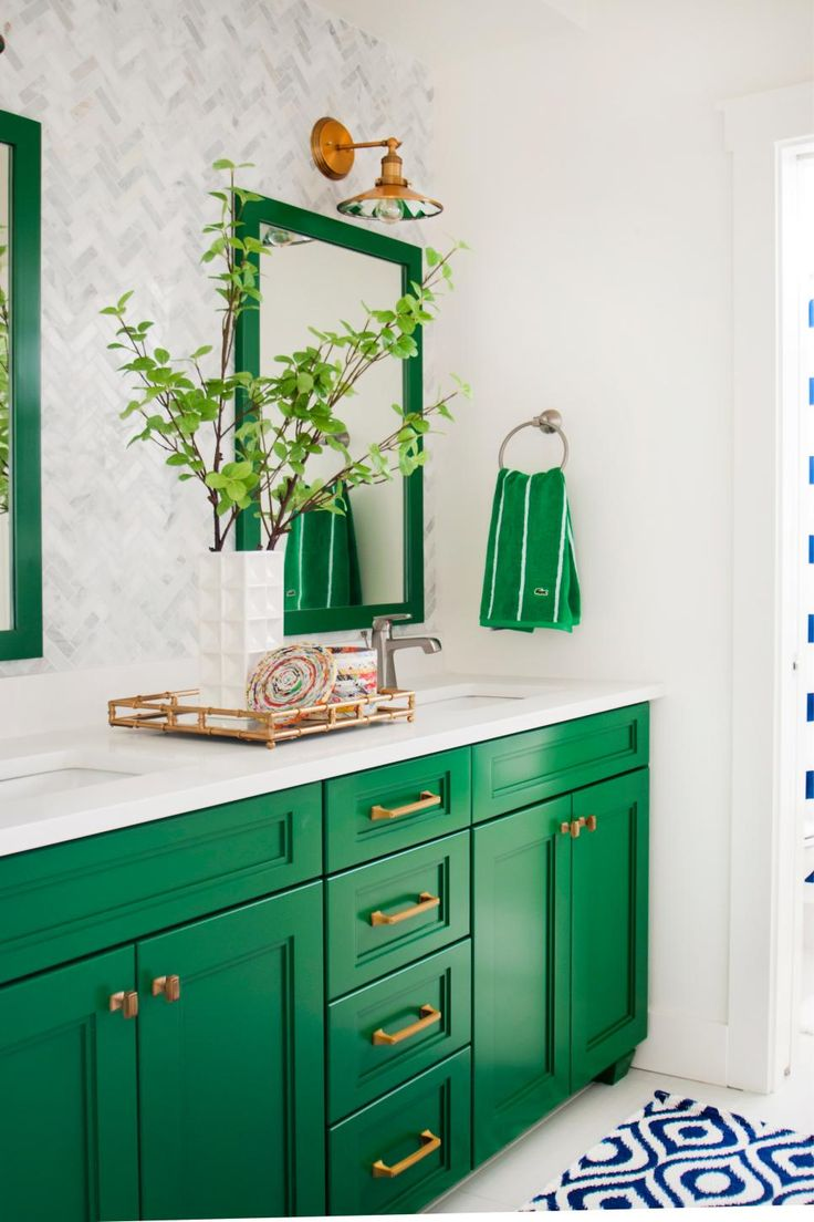 This gorgeous green-and-white bathroom is a preppy dream! Two mirrors and a…
