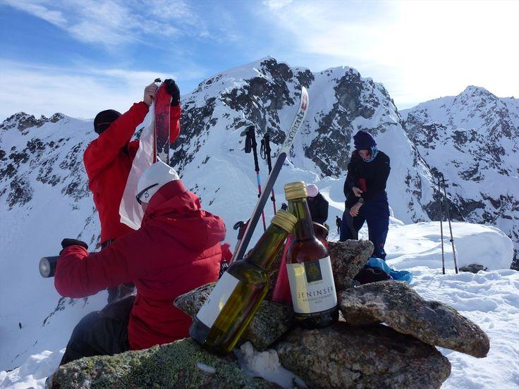 #Skitourenwoche #Bergün-Preda: Gegen Abend, wenn die Woge der Schlittenfahrer sich geglättet hat, kehrt im Hotel #Preda Ruhe ein. Dies ist auch die Stunde unserer Skitourengruppen, um in der gemütlichen Gaststube den Tag gediegen ausklingen zu lassen und Pläne für die nächste Tour zu schmieden. #skitour #albula #albulapass