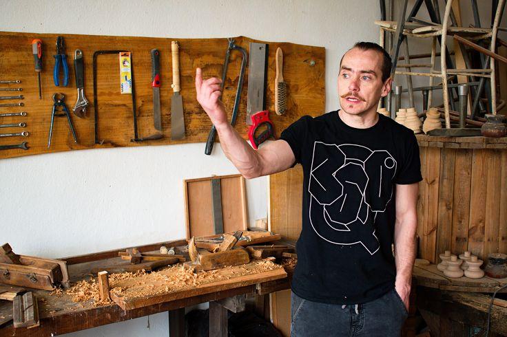"""""""Jsem herec, ale pracovat s materiálem, mě prostě baví! """" Ateliér Woodcock v pražské Pragovce."""