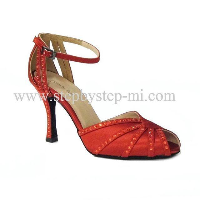 sandalo semiaperto in raso rosso decorato a mano con strass, suola in bufalo, tacco 90 #stepbystep #ballo #salsa #tango #kizomba #bachata #scarpedaballo #danceshoes #cute #design #fashion #shopping #shoppingonline #glamour #glam #picoftheday #shoe #style #instagood #instashoes #sandals #sandali #strass #rhinestone #instaheels #stepbystepshoes #cute #salsaon2 #rosso #red