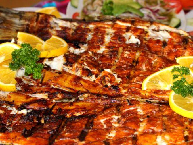 Viajamos hasta Mazatlán para descubrir la receta del Pescado Zarandeado, uno de los platillos insignia de las costas mexicanas. A continuación te compartimos la receta de Pablo Peñaloza, chef ejecutivo del restaurante La Concha del Cid.Preparación1. LICÚA el jugo de limón, el ajo y la cebolla. Unta la mezcla al pescado.2. MEZCLA la mostaza, la mayonesa y sazona con sal y pimienta. Distribuyeesta salsa al pescado.