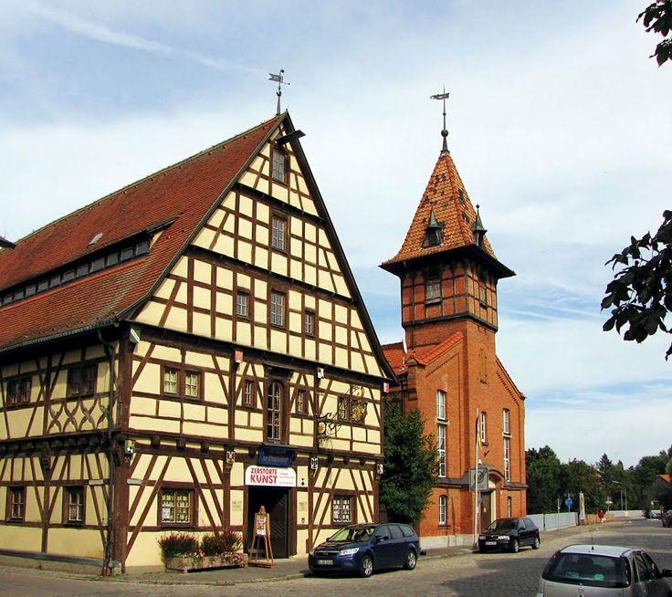 Links das Reichsstadtmuseum im Ochsenhof, ein ehemaliger Getreidespeicher von 1537 der im 17. und 18. Jahrhundert mit neuem Dachstuhl versehen und 1936 zu Wohnzwecken umgebaut wurde. Rechts die Turnhalle von 1890.