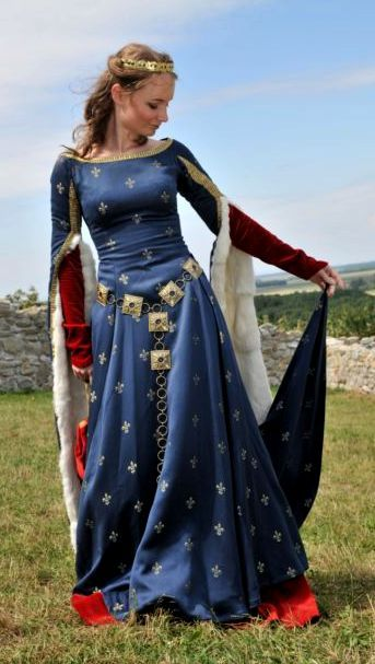 Medieval gown  [ADHNote: I think I have already pinned this, but just in case because it is SO lovely! See, even as a little winkie thing when I always drew dresses in blue, red, and green I was subconsciously tapping into my undiscovered love of middle-ages garb! ^_^ ]