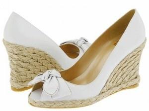 Ya te hemos hablado de los zapatos de tacón, de los slippers y de las bailarinas. Pero hasta ahora no habíamos hablado de colores que llegasen fuerte para el calzado de mujer. ¿Adivinas cuál puede ser el que más se va a ver este año?    El blanco.