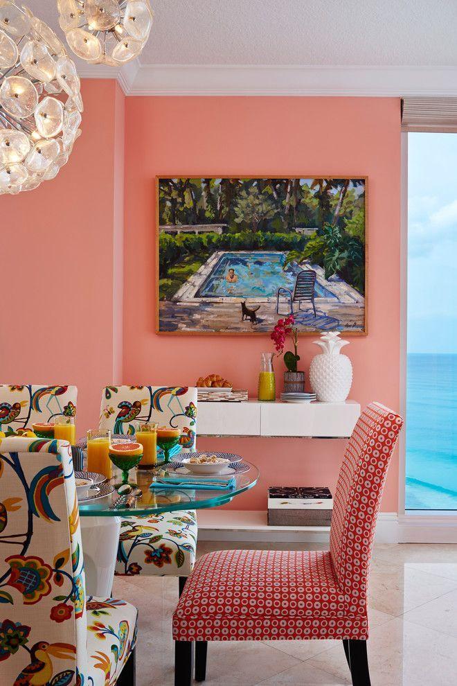 Коралловый цвет в интерьере: 85+ теплых и гармоничных сочетаний для дома http://happymodern.ru/korallovyj-cvet-v-interere-osobennosti-ispolzovaniya/ Тропический интерьер: яркие чехлы на обеденных стульях с экзотическими плодами и птицами, тематический пейзаж на стене, вид из окна на море