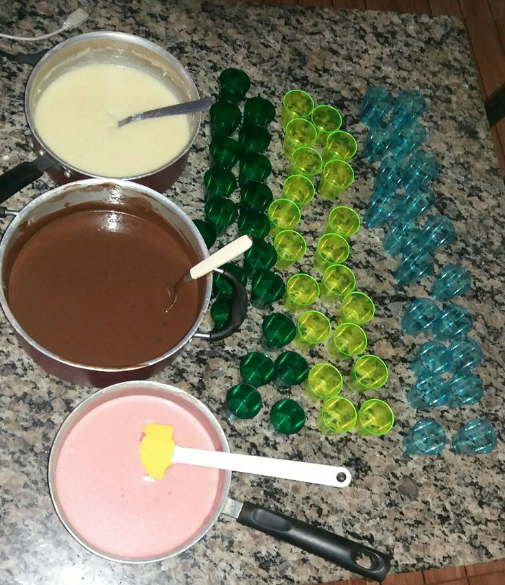 Desserts placed in neon like cups to represent slime. Brigadeiros, beijinhos e bicho-de-pé colocados em potes cor neon para representar   os slimes do jogo.