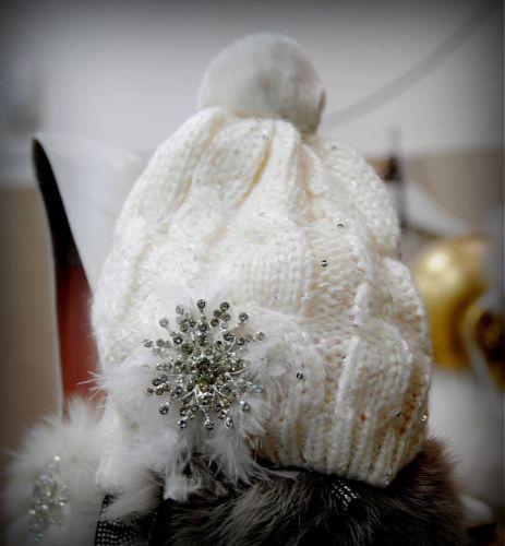 Σκουφάκι στολισμένο με πούπουλα, κρύσταλλα και πον πον.  http://handmadecollectionqueens.com/Γυναικειο-σκουφακι-με-πουπουλα-και-κρυσταλλα  #handmade #fashion #women #accessories #winter #storiesforqueens #beanies