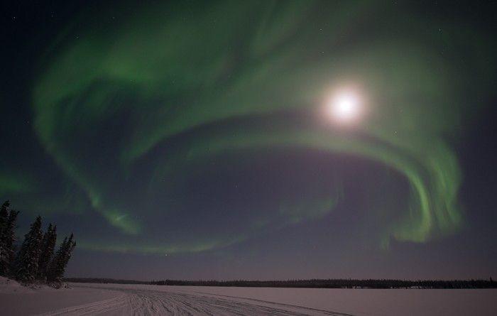 Auroras boreales y la Luna desde Territorios del Noroeste (Canadá)   El Universo Hoy