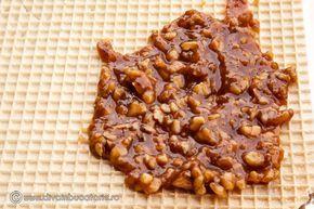 prajitura-cu-foi-de-napolitana,-caramel-si-nuci 4 foi mari de napolitane Pentru crema: 400 g nuca 200 g zahar 5 oua 250 g unt 1 lingurita esenta de rom