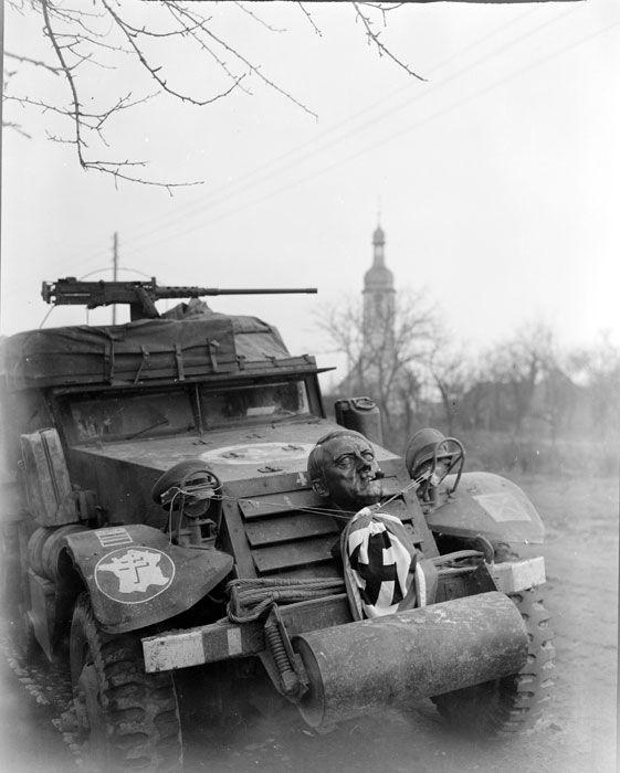 La 2e DB (Division Blindée) dans la région de Strasbourg et Sélestat. Description : Un half-track de la 2e DB (Division Blindée) à l'arrêt arbore des trophées de guerre. La photographie est prise lors de la campagne d'Alsace, dans la zone reconquise par l'unité au sud de Strasbourg. Date : Décembre 1944 Lieu : France / Alsace / Bas-Rhin / Strasbourg / Sélestat / Nordhouse / Aubure Photographe : Jacques Beliln Origine : SCA - ECPAD Référence : TERRE-382-9070