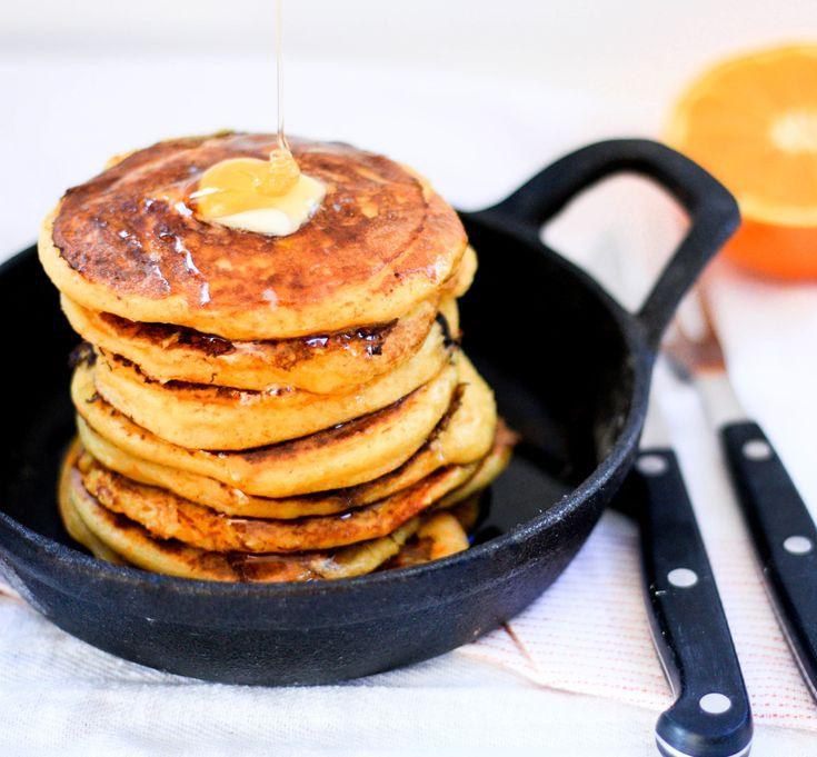 Panqueques hechos con harina de maíz y naranja sin gluten ni harinas refinadas. Fáciles de preparar, buenos, bonitos y baratos. El desayuno perfecto!