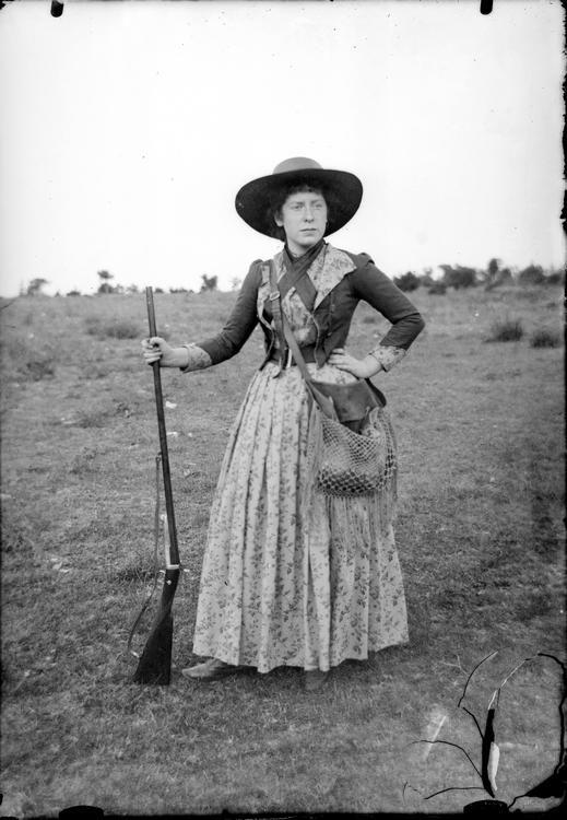 Mujer cazando (1898). Archivo Histórico Provincial de Palencia. Colección Vicente Buzón Conceiro