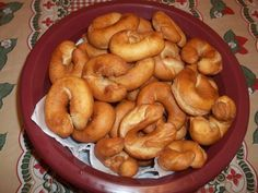 Rosquinha frita INGREDIENTES 4 xícaras farinha de trigo ou até o ponto 1 xícara de açúcar refinado 1/2 xícara de óleo 1/2 xícara de leite 2 ovos 1 colher de sopa de fermento em pó 1 pitada de sal MODO DE PREPARO Amasse todos os ingredientes, colocando a farinha de trigo por último, aos poucos…