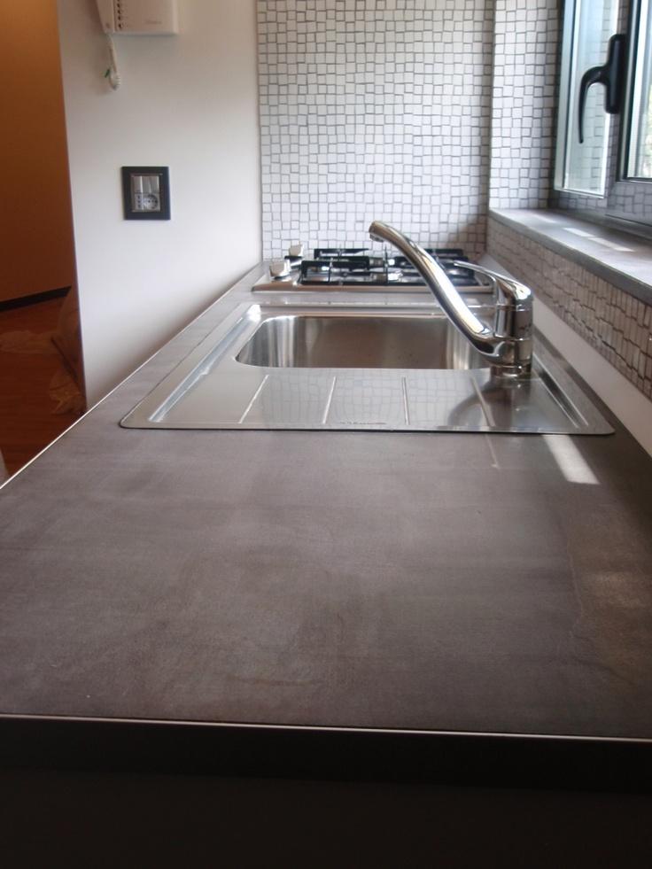 Piano cucina rivestito con Microbond a 1 mm di spessore.