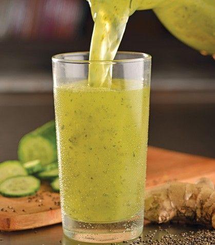 Agua super fresca Ingredientes: 1 pepino sin cáscara, El jugo de 4 limones, 1 pedazo de 1 cm de jengibre, 2 cucharadas de chía, 8 hojas de albahaca. Preparación: 1. Pon todos los ingredientes con suficiente agua en la licuadora en funcionamiento. 2. Incorpora hielo al gusto.