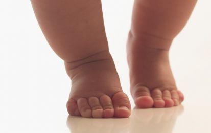 La salute del piede nel bambino: prevenzione e cura - Per la salute dei piedi dei nostri bambini è fondamentale una corretta prevenzione e osservazione dei sintomi che possono indicar dolore al piede o patologie legate a difetti congeniti.