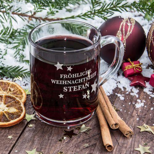 Die Glühweintasse mit Gravur ist eine schöne Geschenkidee, besonders zur Vorweihnachtszeit. Der Glasbecher wird mit Deinem Wunschnamen und einem Weihnachtsmotiv versehen und so zu einem tollen persönlichen Geschenk. Vorbei sind die Zeiten, in denen Du abgesplietterte 0815 Gläser an überfüllten Weihnachtsständen erhältst. Hier kommt Deine individuelle Glühweintasse mit Gravur.