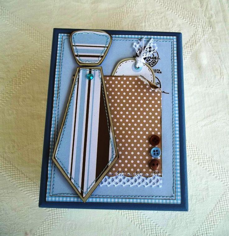 Um convite muito original e diferente para padrinho de casamento, onde você coloca a gravata que ele deve usar na cerimônia dentro da caixinha, um mimo! <br>Fazemos nas cores de sua preferência. <br>O padrão dos papéis serão os encontrados no momento da confecção da peça.