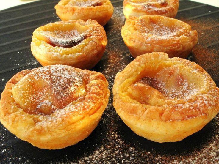 Pastéis De Nata Leves Ingredientes para 16 pastéis (quase minis): - 1 rolo de massa folhada de compra (usei redonda) - 500ml de leite magro - 150g de açúcar amarelo - 55g de farinha de trigo - 5 gemas (ovos pequenos) - 1 pau de canela - casca de limão - canela e açúcar em pó Preparação: Numa caçarola (fora do lume) coloca-se as gemas, o açúcar, o leite, a farinha, o pau de canela e o limão, mistura-se bem com a ajuda de uma vara de arames. Leva-se a lume brando e deixa-se levantar fervura…