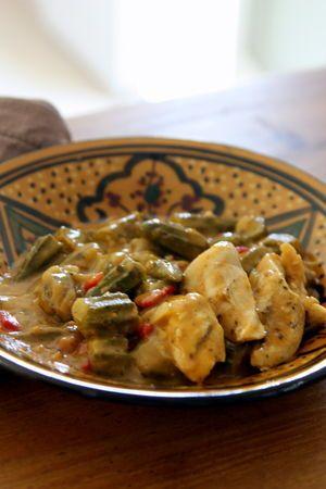 Gumbo de Poulet  Le gumbo de poulet est un plat typique des régions sud des Etats-Unis. Cette recette tire son nom de l'un de ses principaux ingrédients: les gumbos ou okras. Ces gousses vertes en forme d'étoile lorsqu'on les coupe, donnent un jus assez gluant servant souvent d'épaississant dans les plats. Chez nous, on peut trouver des gumbos frais au rayon légumes des épiceries asiatiques, ou surgelés dans certaines grandes surfaces.