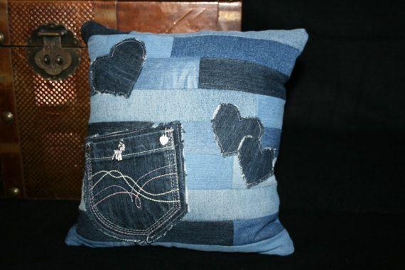 Kissen aus verschiedenen Jeansstoffen mit Tasche und Herzen
