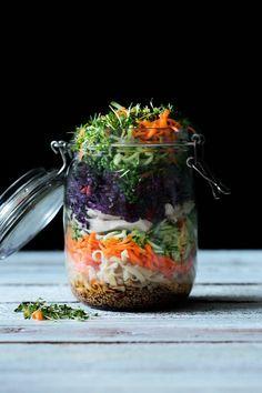 Okay, ich gebe zu, dass ich nicht unbedingt der große Salatesser bin. Aber dieser Salat hat mich wirklich überzeugt. Und praktisch, dass sich dieser einen Tag vorher zubereiten lässt und schön knac…