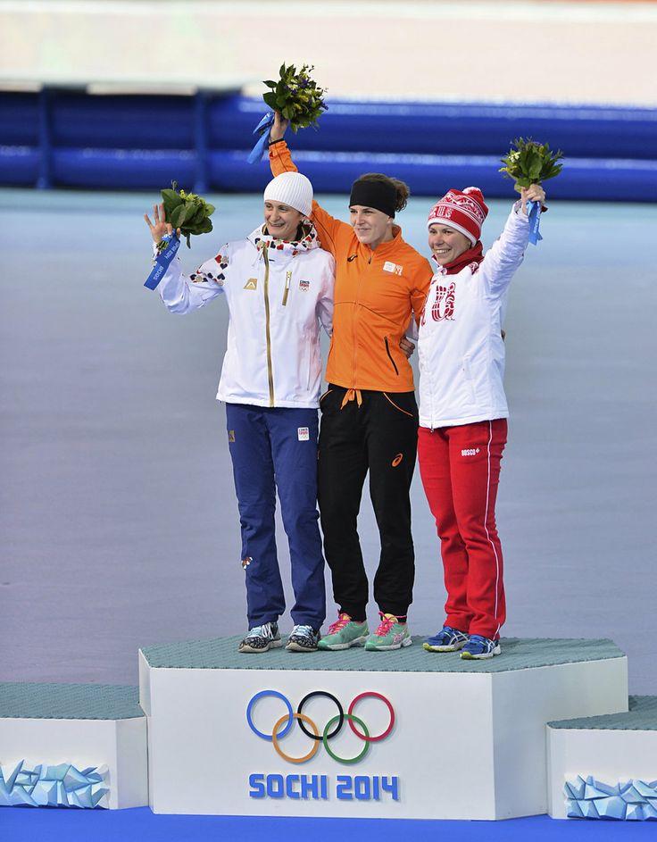 Stupně vítězů v olympijském závodě na tři kilometry. Střbrnou Martinu Sáblíkovou překonala jen Nizozemka Iren Wüstová. Česká závodnice tak z...