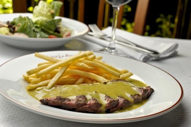 O bife com batata frita do L'Entrecôte de Paris