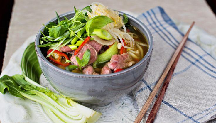 Dette er en rask og forenklet versjon av Phở, en vietnamesisk nudelsuppe. Utgangspunktet her er god oksekraft som du gjør deilig aromatisk ved å tilsette diverse aromater som stjerneanis, nellik, kanel, chili og ingefær, - og lar det hele få koke sammen et kvarters tid til det dufter herlig.