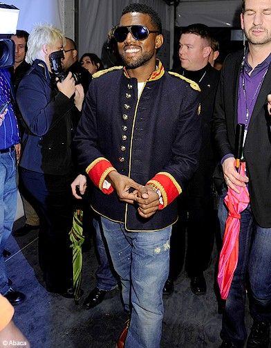 Kanye West élégant avec une veste officier