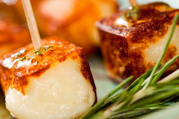 Espetinho de Queijo de Coalho com Mel de Alecrim 200g de queijo de coalho em pedaço Palitos de dente Mel de alecrim: ¼ xícara (chá) de mel 1 colher (sopa) de alecrim fresco picado