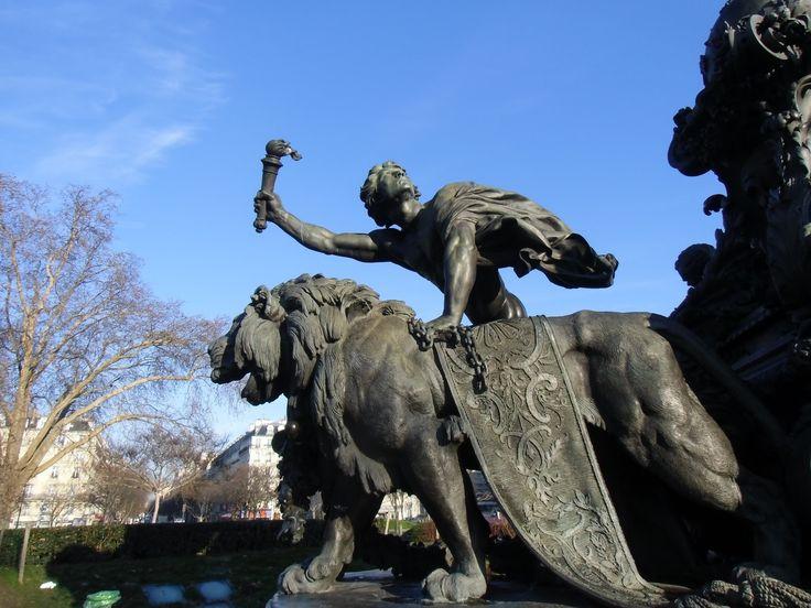 Le génie de la Liberté de la statue le Triomphe de la République, ensemble monumental en bronze de Jules Lalou , achevée en 1899, Place de la Nation, Paris