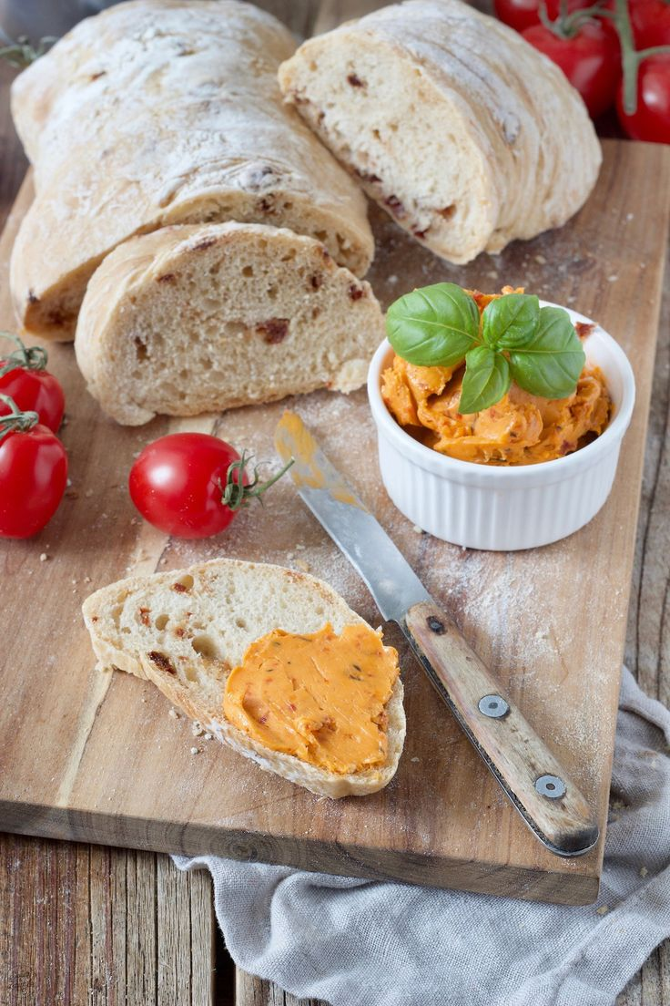 Tomatenbutter Rezept – Selbst gemachte Tomatenbutter mit getrockneten Tomaten und Basilikum – perfekt zu Gegrilltem! Passt auch gut zu Weißbrot. // homemade tomato butter made of sundried tomatoes and basil – quick and easy to make // Sweets & Lifestyle®️️️