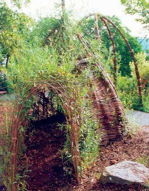 Weidenhaus mit Tunnel als Spielplatz für Kinder.