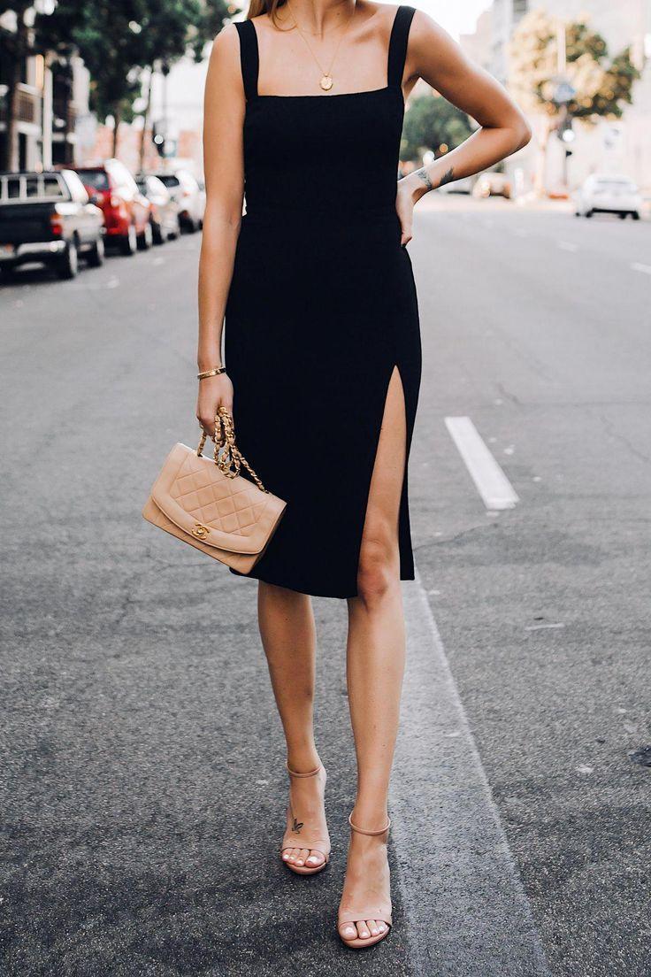 Femme portant une robe noire reformation et bride à la cheville sandales à talons Chanel