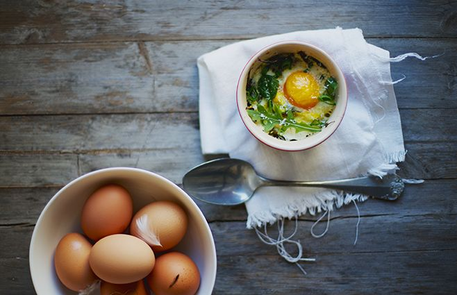 Disse bagte morgenmads-æg er rigtig nemme at lave, og lidt anderledes end almindelige blødkogte æg. Jeg har valgt at tilsætte en smule frisk spinat, forårsløg og revet parmesan, men faktisk kan de varieres alt efter humør og hvilke ingredienser der er på lager. Til 2 personer. Sådan gør du Skyl og riv spinatbladene i grove stykker og kom dem i en skål. Tilsæt ramsløg, forårsløg, fløde og parmesan – vend det hele...