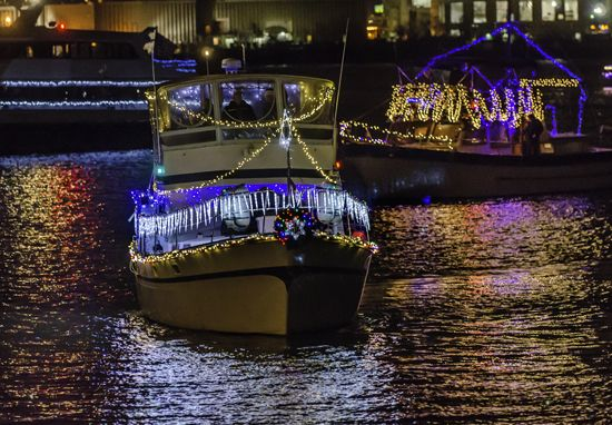 old-town-alexandria-holidays-things-to-do-boat-parade