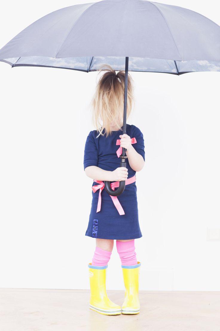 Feestelijk roze of toch liever navy blue? Met dit jurkje kun je kiezen. Je krijgt namelijk naast een knalroze strik en ceintuurtje ook een blauwe strik met ceintuur erbij. De drukker op het jurkje zorgt ervoor dat je je look in een handomdraai kunt veranderen.