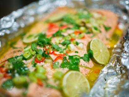 Smörstekt hel lax med lime, koriander och chili