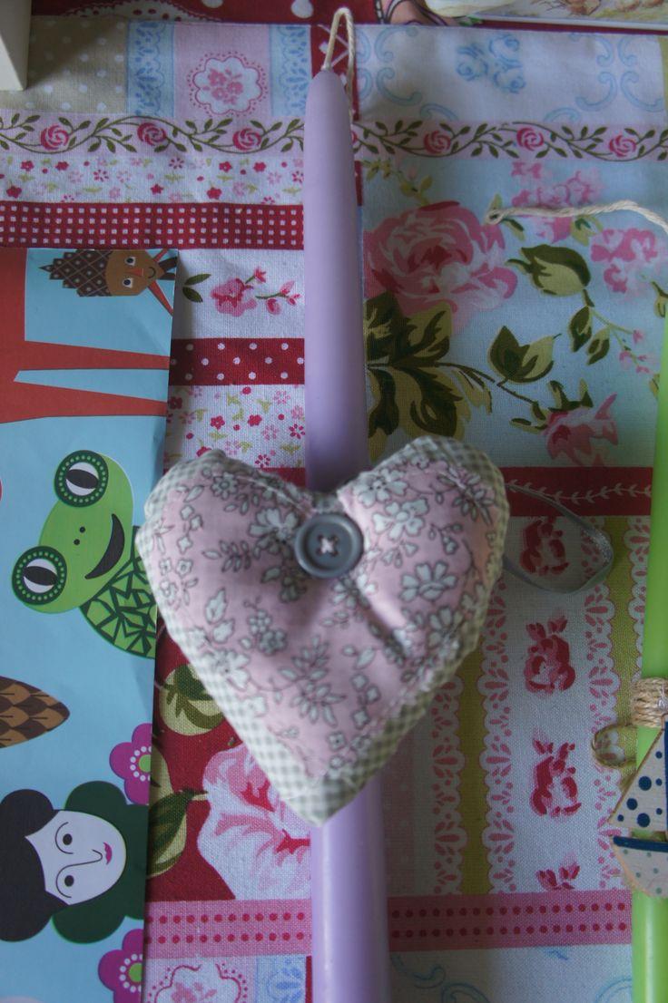 Λαμπάδα παλ μοβ με υφασμάτινη καρδούλα με κουμπί.