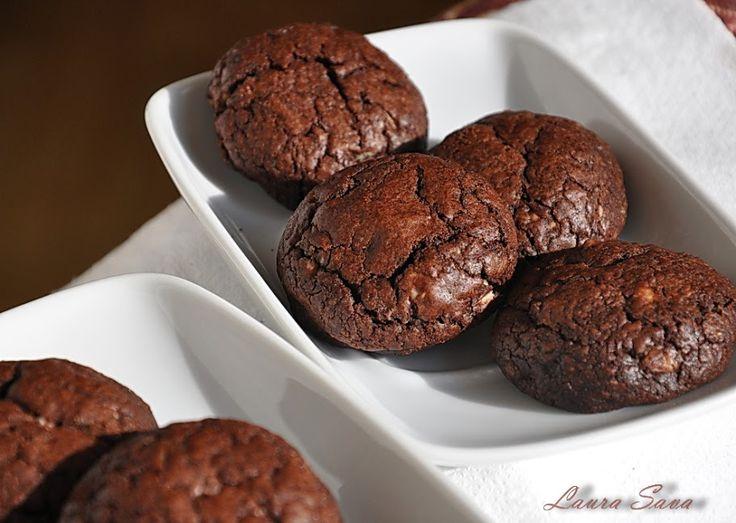 Asa l-am intampinat noi pe Mos Craciun anul acesta, cu acesti biscuiti deliciosi de ciocolata!!! Si cu o cana mare de ciocolata calda, pe care, insa, nu a mai ajuns s-o savureze fiindca in momentul in care Bogdi s-a vazut cu toate cadourile rasfirate pe jos, in camera, l-a condus politicos spre usa :D Noi credem ca i-au placut tare mult mosului si ca la anu' va veni la fel de vesel si de incarcat cu jucarii!!! Acum doi ani l-am ademenit cu inelusele astea minunate :) Ingrediente pentru cc...