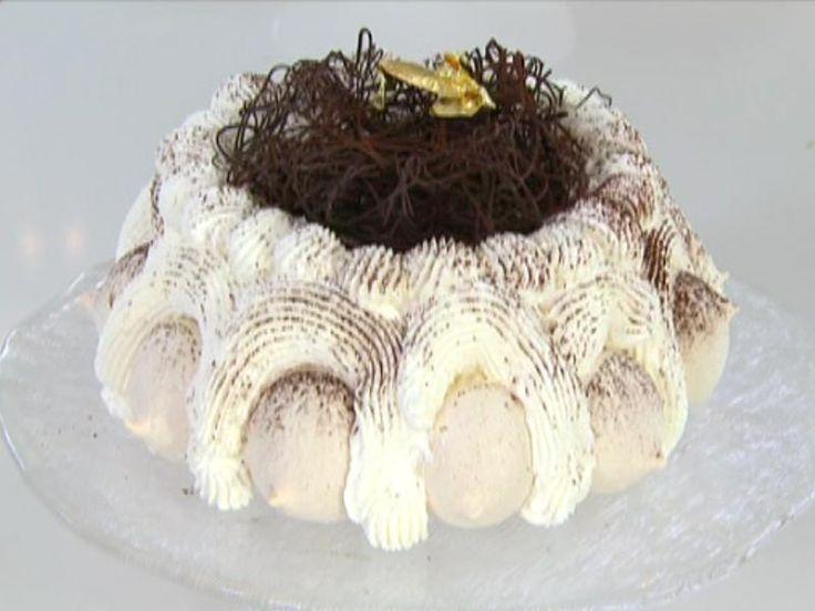 Nel video, il maestro pasticcere Luca Montersino ci spiega tutti i segreti per preparare la meringa svizzera e ci mostra come realizzare una golosa torta meringata al cioccolato e caffè.