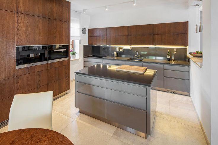 Luxusní kuchyně v kombinaci lesklých ploch s drásaným dubem a patinou. Realizace Arbyd s.r.o